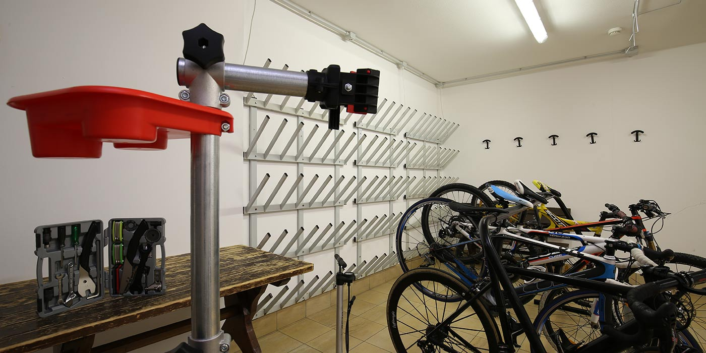 The ski and bike depot of Hotel Mesdì with racks and tools