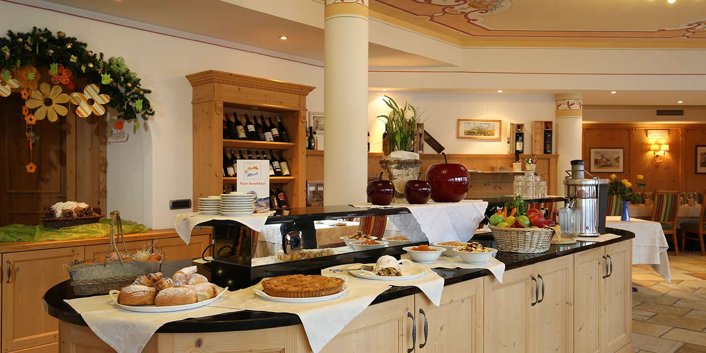 Breakfast buffet at Hotel Mesdì with cakes and other sweets on the desk in the lunch room